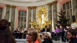 Fallegt er altarið og hún Kristín okkar.